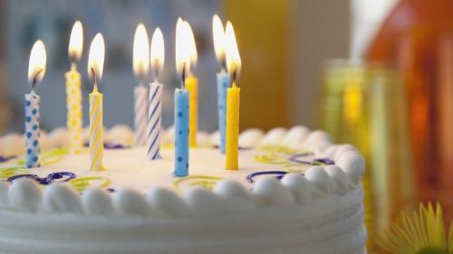 Desejar feliz aniversário para um amigo especial.